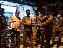 Patroli Sambil Berbagi, TNI-Polri di Lamongan Salurkan Bansos kepada Warga