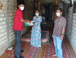 Peduli Warga Isoman, DPC PDI Perjuangan Lamongan Bagikan Paket Sembako